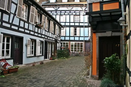 Au n°20 de la rue Sainte-Madeleine, une cour sur laquelle donnent des ateliers d'artistes et d'artisans (Photo MM  Rue89 Strasbourg)