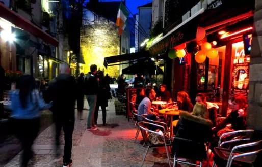 Un soir, dans le quartier du Bouffay à Nantes (Photo : Frédéric Benon)