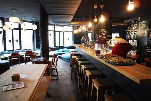 Le cadre du café l'Abattoir est plutôt rustique et cosy. (Photo Nadège El Ghomari)