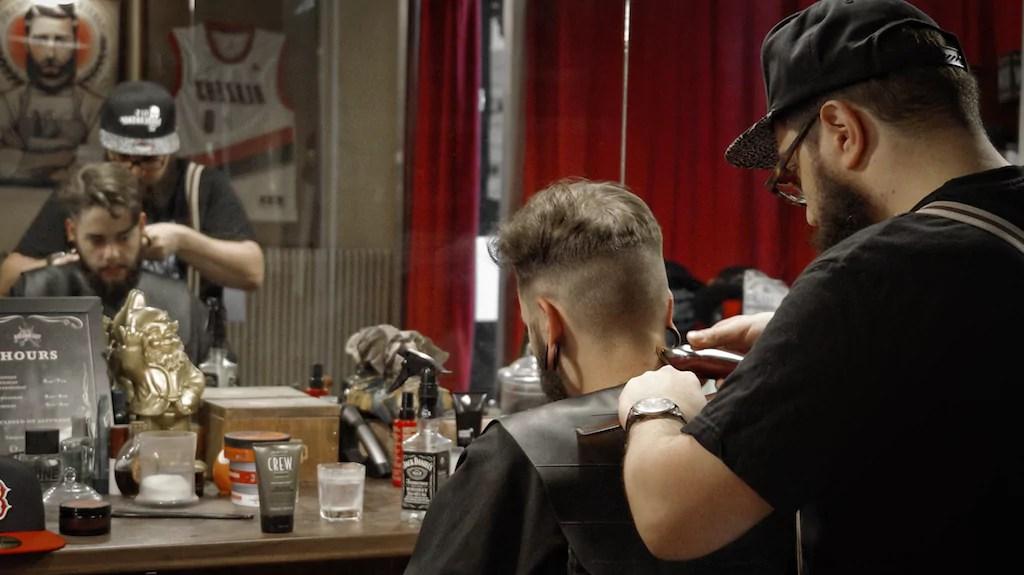 Qui sont ces barbiers qui taillent les barbes des for Salon de coiffure pres de chez moi