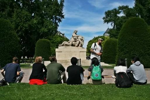 Pour permettre aux touristes de digérer l'histoire des relations franco-allemandes à Strasbourg, Gabriel fait asseoir son auditoire (Photo MM / Rue89 Strasbourg)