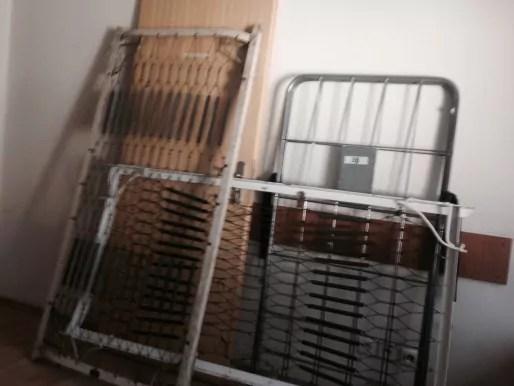 """Les sommiers """"vintage"""" qui vont être utilisés dans la salle """"Asylum"""", où il sera question de s'échapper d'un asile des années 60... (Photo CF / Rue89 Strasbourg)"""