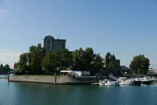 Bassin Louis-Armand, à l'extrémité de l'ancien bras du Rhin dit Petit-Rhin - En arrière-plan, les silos des Grands moulins de Strasbourg (Photo Emmanuel Jacob)