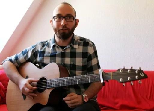 Allan Ros et sa guitare