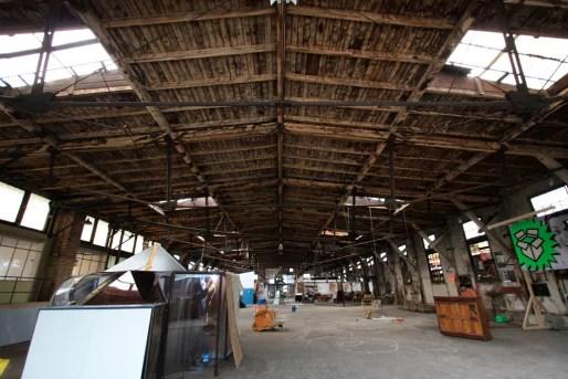 Le hangar a été maintenu par les artistes, qui ont réalisé d'importants travaux (Photo La Semencerie)