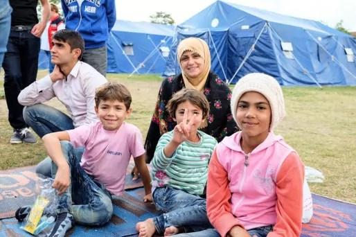 Avant d'obtenir le statut de réfugié, un long parcours attend les migrants. Pour les aider, associations et bénévoles sont à leurs côtés.