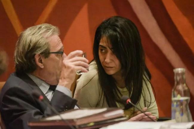 L'élue strasbourgeoise et président de Strasbourg Événements Nawel Rafk-Elmrini, au conseil municipal en discussion avec le maire Roland Ries (photo Pascal Bastien)