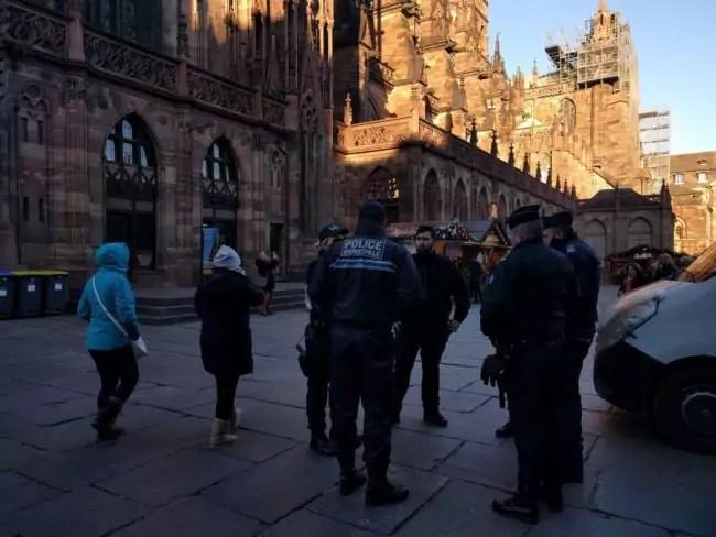 Au pied de la cathédrale, les forces de sécurité sont les plus visibles (Photo PF / Rue89 Strasbourg / cc)