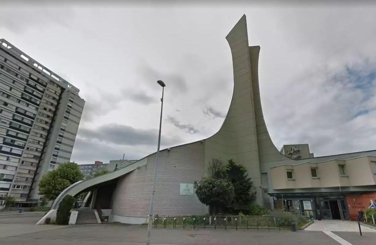 Dans une église de Strasbourg, les migrants, l'eurodéputé et la pizza