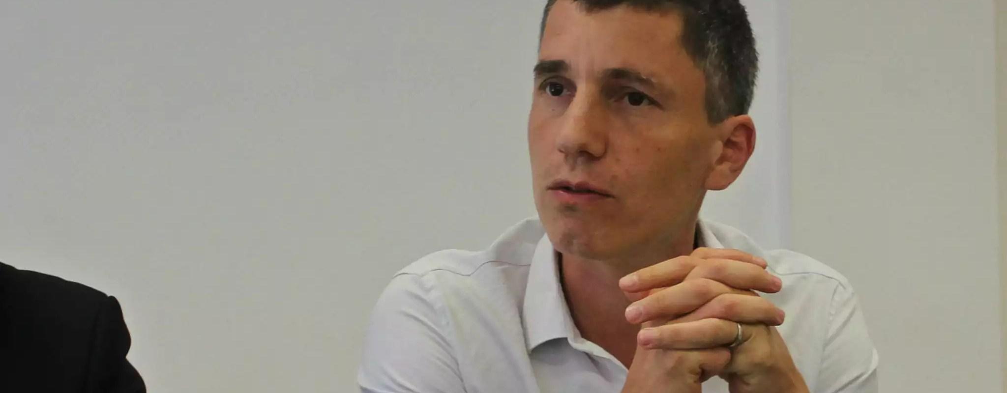 Pour Bruno Studer, les attaques de Macron contre la presse ne changent rien à sa loi
