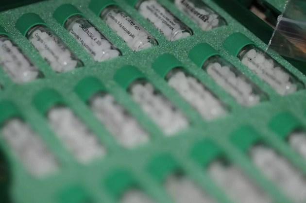 Tubes de granules d'homéopathie (Photo Visual Hunt / cc)