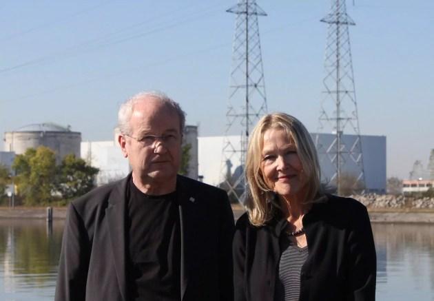 Manfred Mertins, ancien membre de l'autorité de sureté nucléaire allemande, et Sylvia Kotting-Uhl, députée (Verts) au Bundestag, devant la centrale nucléaire de Fessenheim. (Photo N. S.)