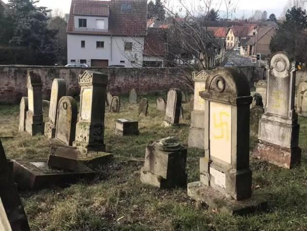 Le petit cimetière juif de Quatzenheim, 70 tombes, a été tagué avec des croix gammées dans la nuit de lundi 18 à mardi 19 février (Photo Nathalie Boudonnat / Facebook)
