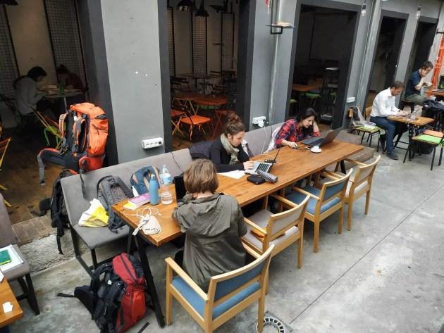Ce type de voyage demande de s'aménager du temps pour envoyer texte et vidéos après les rencontres. (Photo The local shakers)