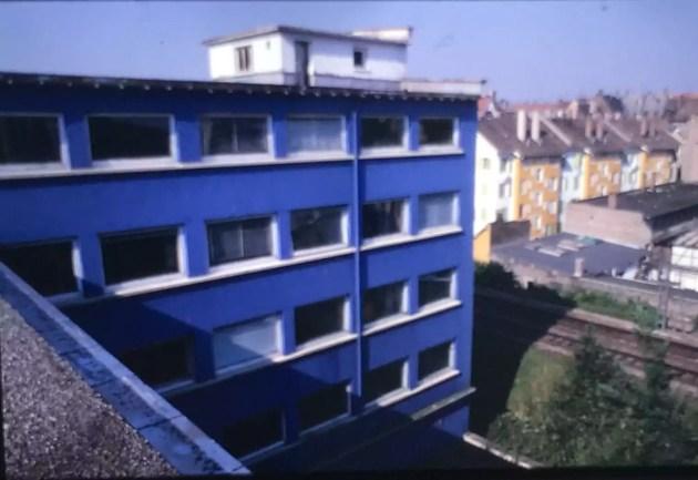 L'ancien bâtiment se distinguait par sa couleur bleu (diapositive remise)
