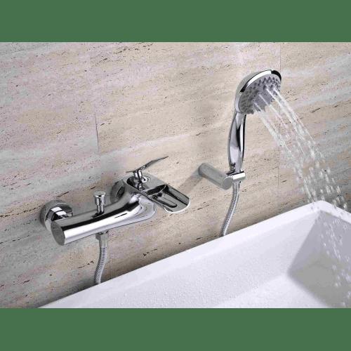 robinet de bain mural chrome design lignes courbes bec court plat avec cascade