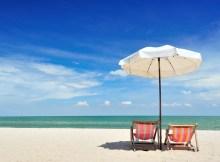 Strand in Thailand mit Sonnenschirm und LiegestuhStrand in Thailand mit Sonnenschirm und Liegestuh