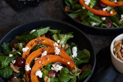 Herbstlicher Salat mit Kürbis, Ziegenkäse und Walnüssen