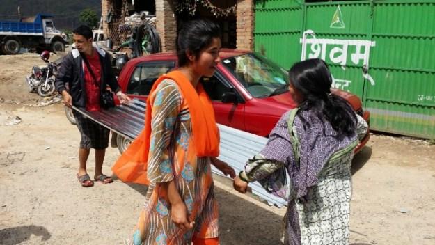 Rojin helps Junus mother deliver sheets