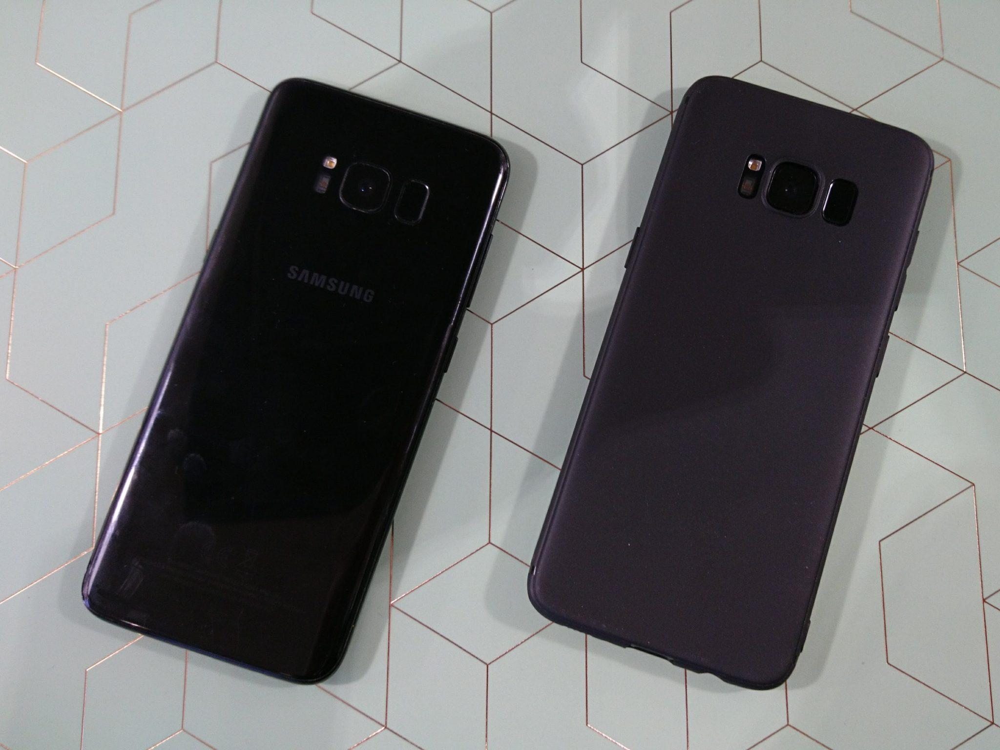 De achterkant van de S8. Links zonder hoes en screenprotector.