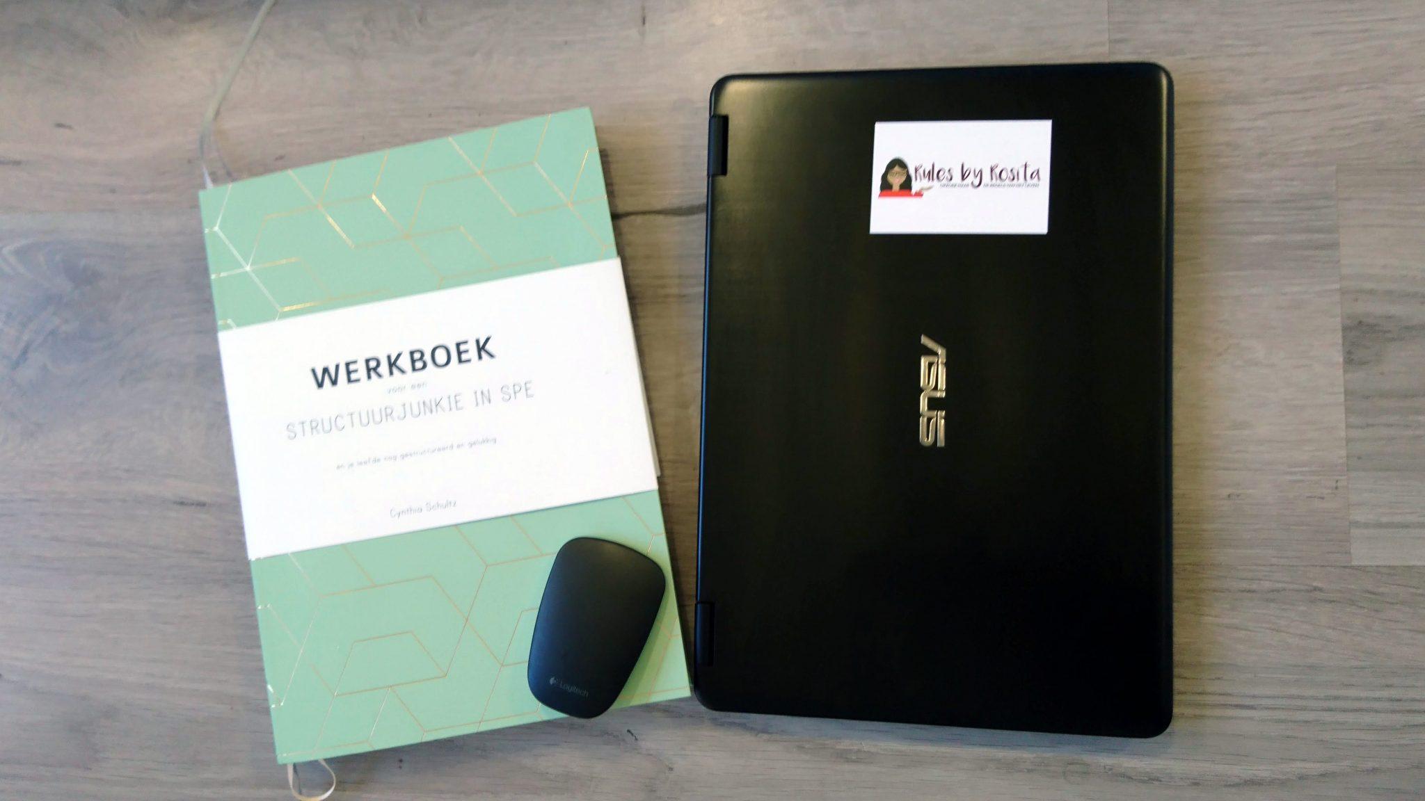 Werkboek voor een structuurjunkie in spé, laptop, muis en visitekaartje. lijstjes