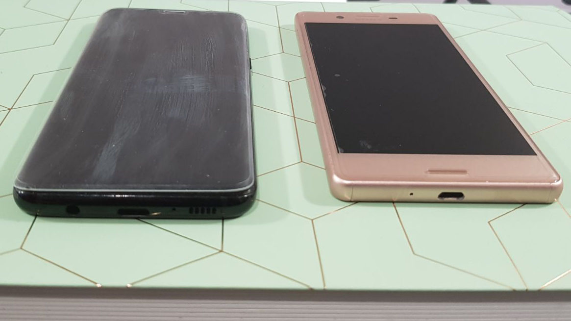 De screenprotector op de Samsung Galaxy S8 (links) vs De screenprotector op de Sony Xperia X.