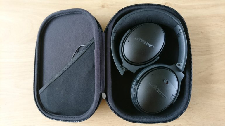 De Bose QuietComfort 35 Wireless II in geklapt in de case.