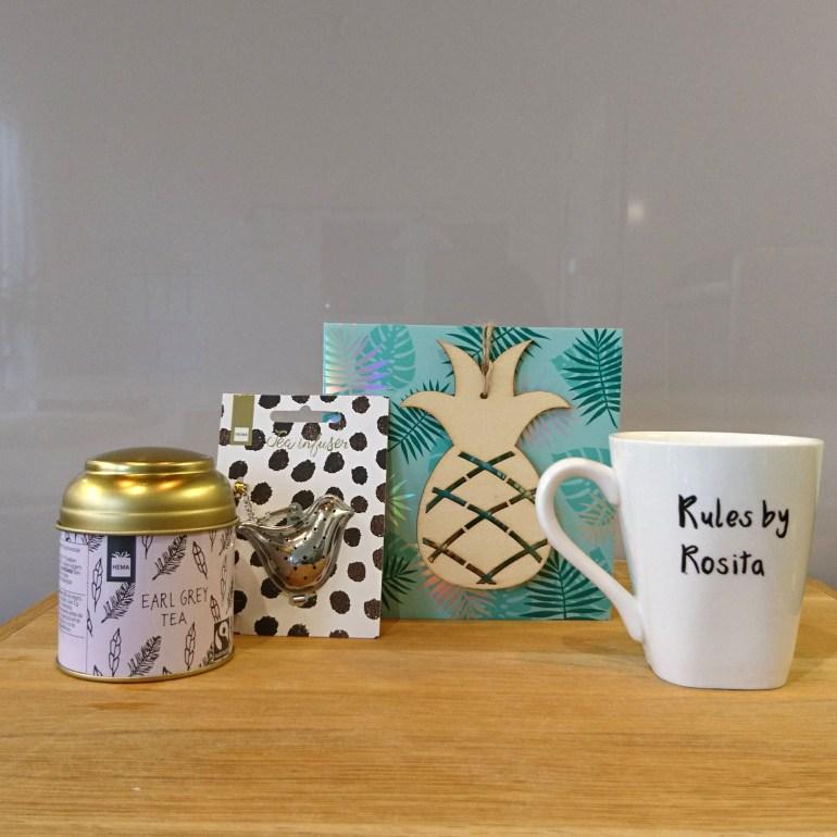 De mooe kaart van Lindsey, het blikje thee, het thee-ei en de awesome mok!