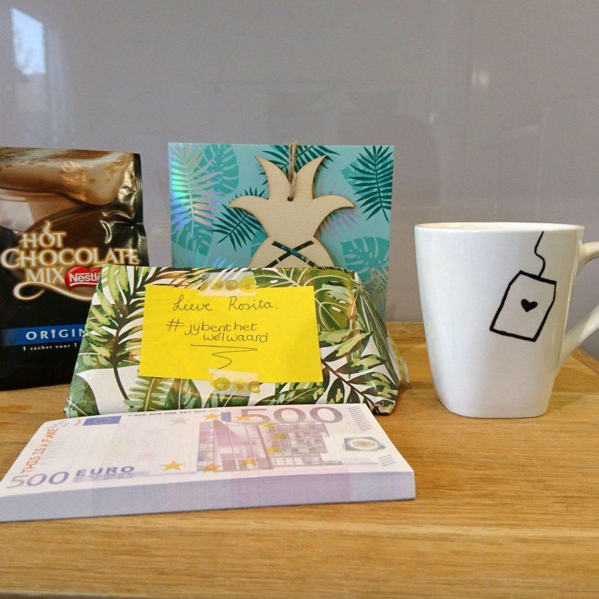 Nogmaals de prachtige kaart, de andere kant van de mok, de zakjes voor chocolademelk en het notitieblok en het cadeaupapier.