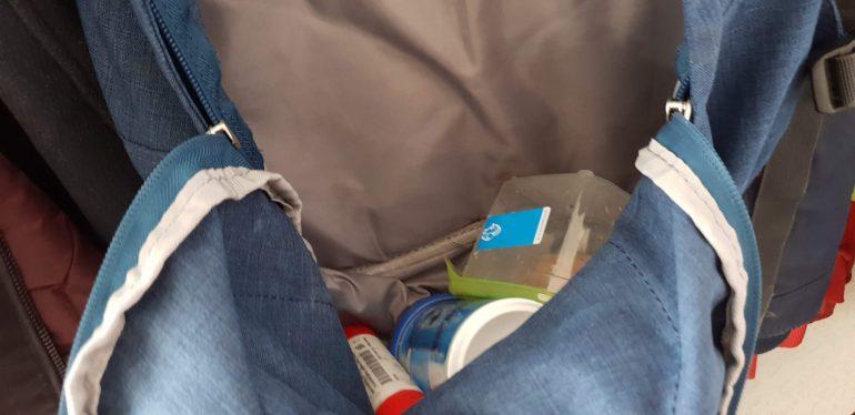 De inhoud van de tas van mijn zoon.