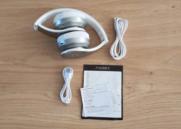 In de doos: bluetooth koptelefoon, USB kabel, audiokabel en handleiding.