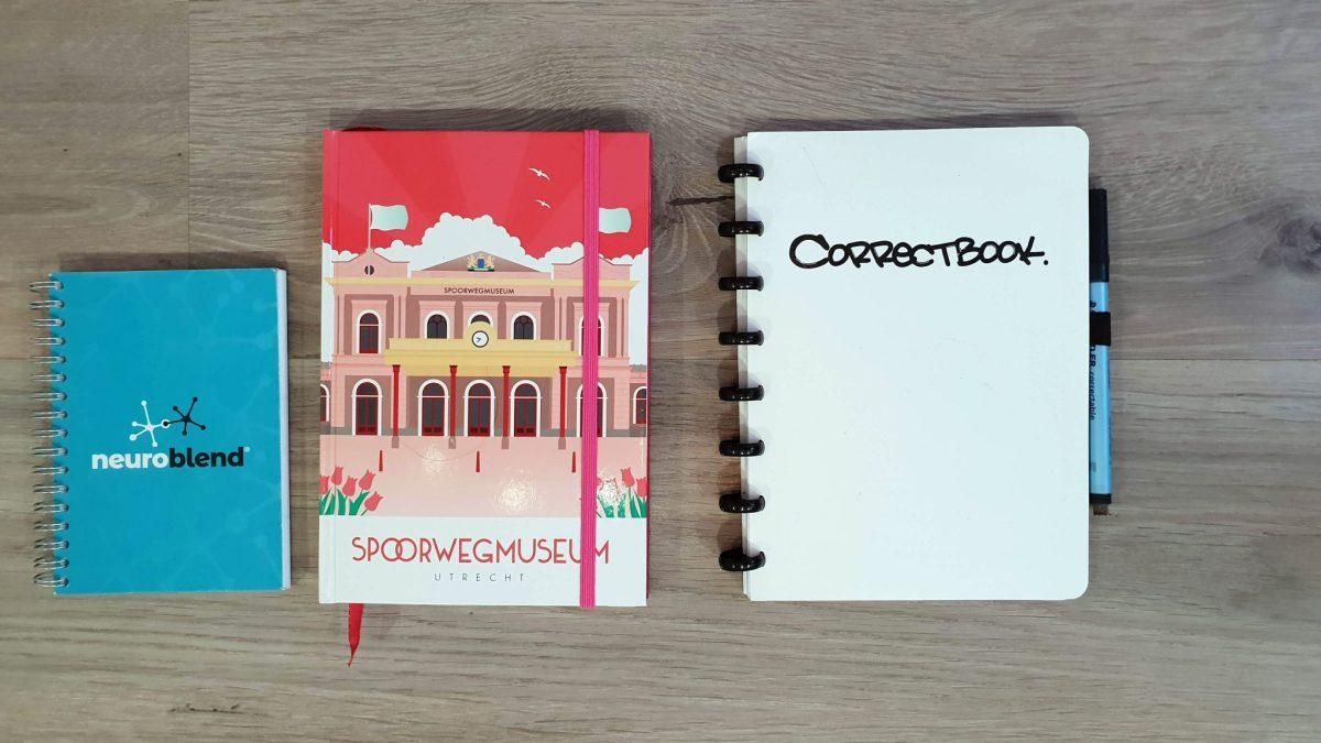 uitwisbare Correctbook, helemaal rechts en mijn andere notitieboekjes