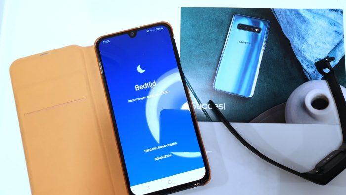 Bedtijd is ingesteld op de Samsung Galaxy A40. Daarbij een lief kaartje van Samsung en de Samsung Galaxy Fit E activitytracker.