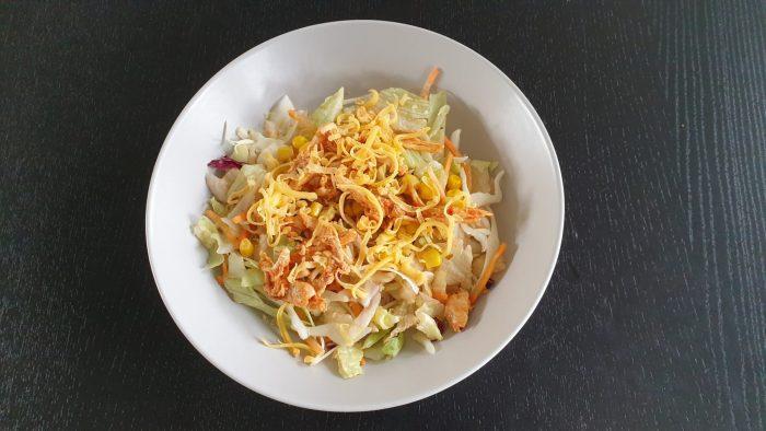 Salade van restjes, sla, mais, geraspte kaas en pulled chicken.