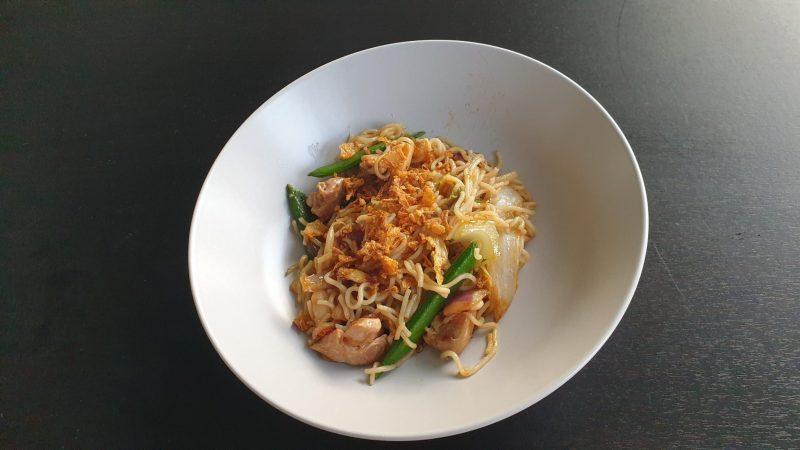 Kip met noodles uit de wok