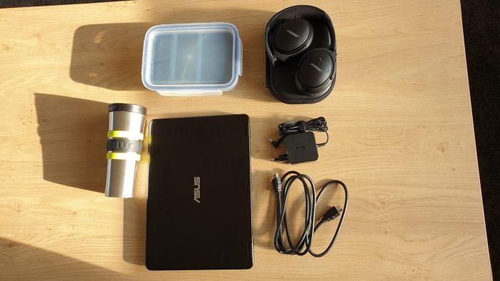 Mijn laptop , beker, lunchbox etc.