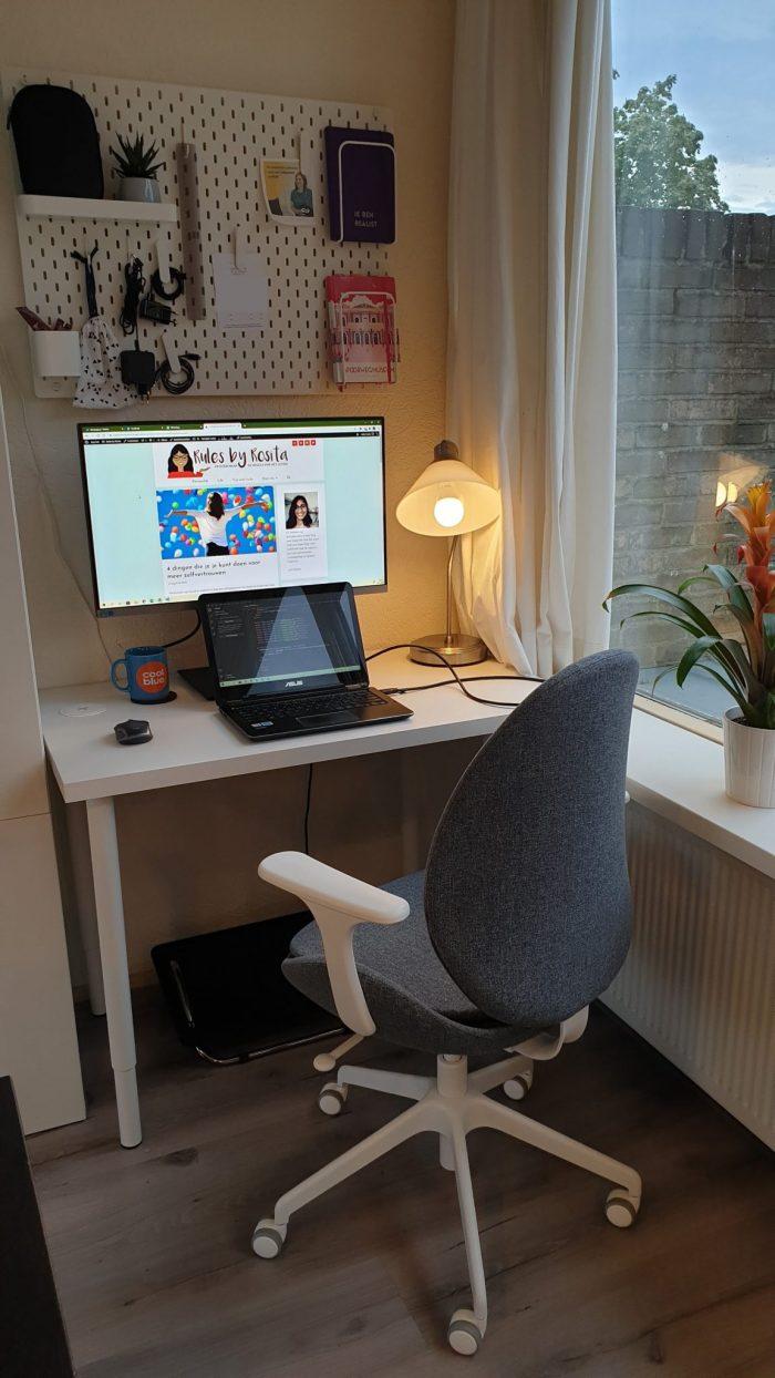 Thuiswerken: Mijn werkplek in een hoek van de woonkamer.