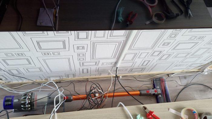 Stofzuigen onder de kabels.