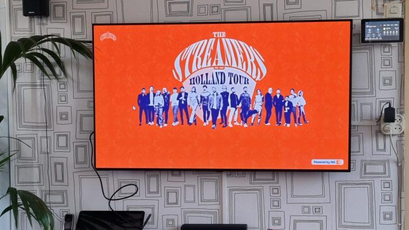Tv met het logo van The Streamers op Koningsdag