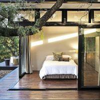 Kamar tidak harus besar, kalau ada jendela besar yang membuka ke halaman atau taman