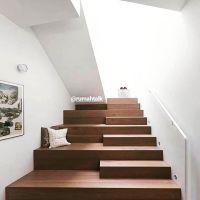 Dibawah tangga dibuat tempat santai.  Reading space? Play space?