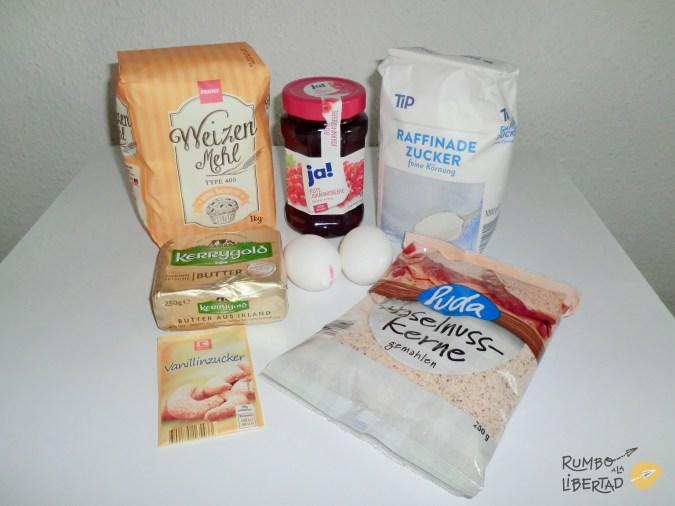 Ingredientes para las galletas de navidad alemanas de avellanas con grosellas