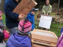 Die Kinder durften die erste Beute zusammenbauen