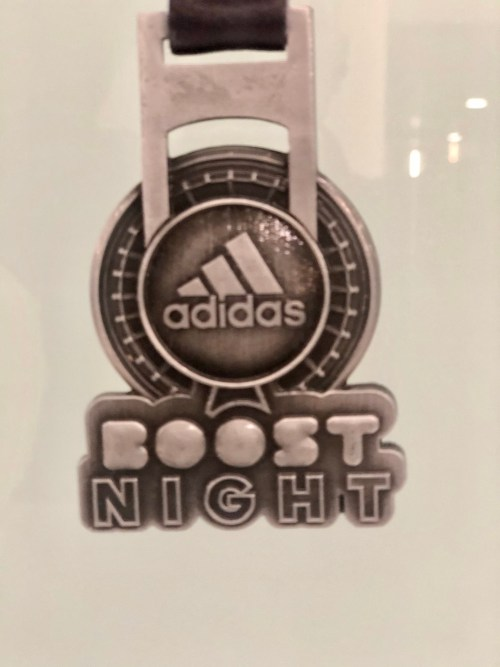 medalla adidas boost night