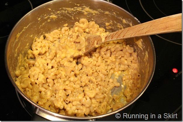 Healthy, Simple Greek Yogurt Mac & Cheese - The easiest homemade mac & cheese you'll ever make! / Running in a Skirt