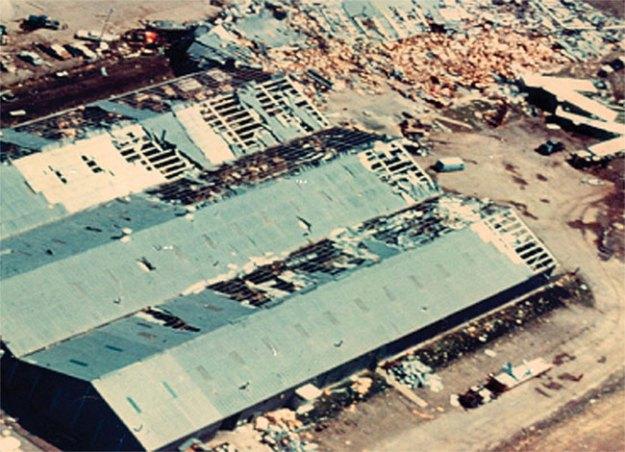 В 1975-м сокрушительный торнадо разрушил новый магазин Миссис Би. Фото: nfm.com