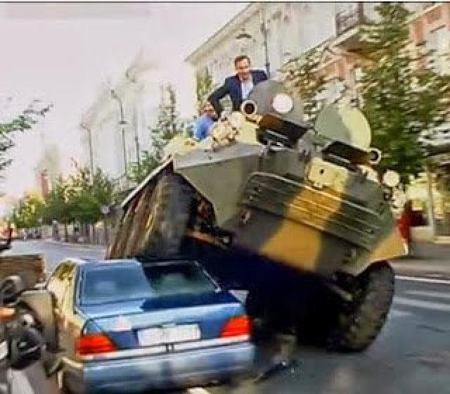 بالفيديو : شاهد محافظ يسحق السيارات المخالفة بالدبابة ! 1