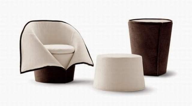كرسي و طاولة يمكن وضعهما معاً في غلاف واحد