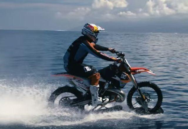 فيديو : حكاية رجل تمكن من السير بدراجته النارية فوق الماء 6