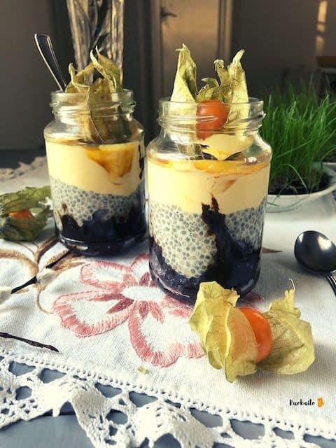Juhlava vegaaninen pääsiäisen jälkiruoka mämmi-chiakerrosvanukas mangovaahdolla ja ananaskirsikoilla, resepti ja ohje.